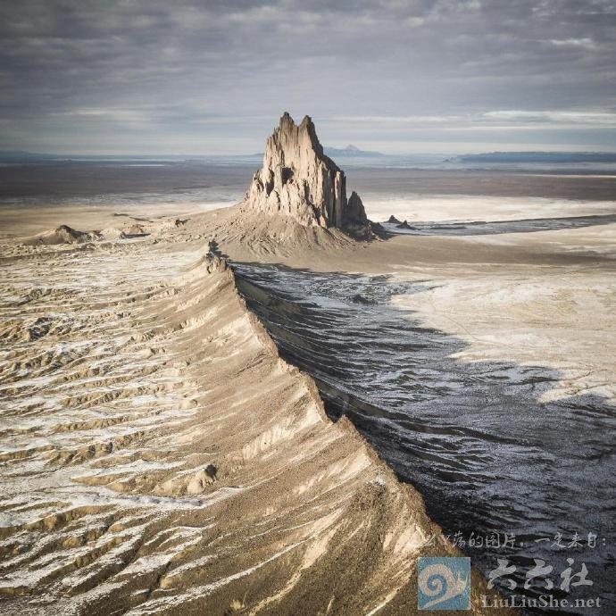 殿下,这里便是人间的边界,翻过这道山脊就是魔域了 liuliushe.net六六社 第7张