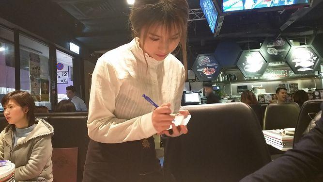 欲露还羞的拳王泰国餐厅点餐员(铜锣湾F级爆衫女侍应Larine) liuliushe.net六六社 第2张