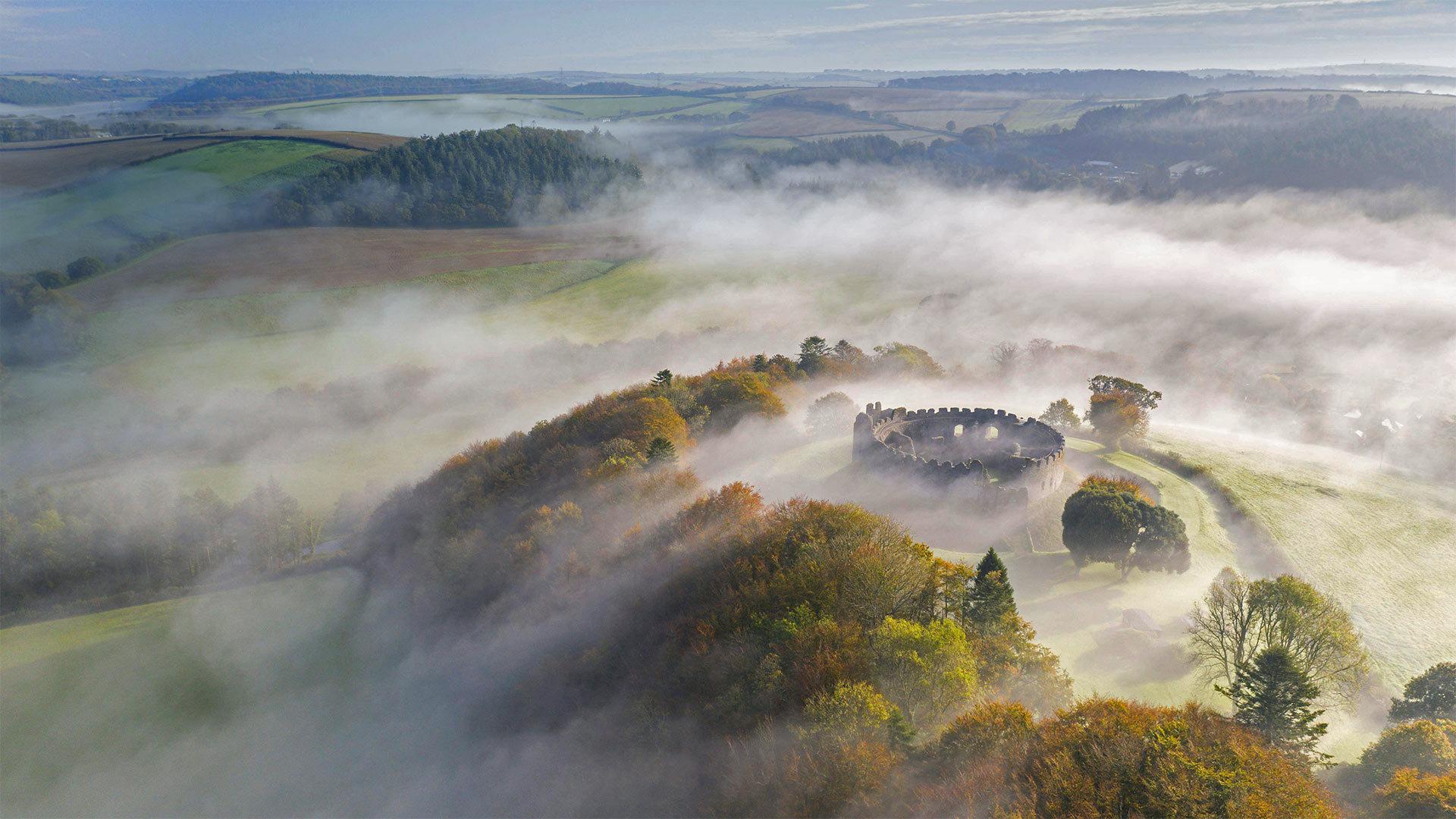 Restormel城堡上空的秋雾Restormel城堡