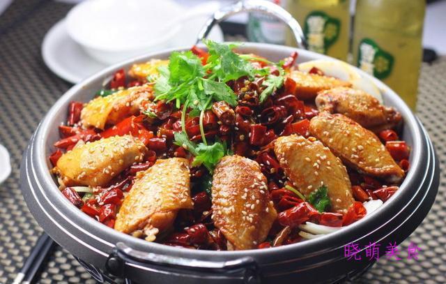 蒜苗回锅肉、香辣鸡翅、鱼香茄子、腐竹炒肉的家常做法