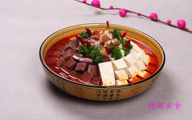 老干妈蒸排骨、双色豆腐、葱烧牛蹄筋、香辣鸡脆骨的美味做法