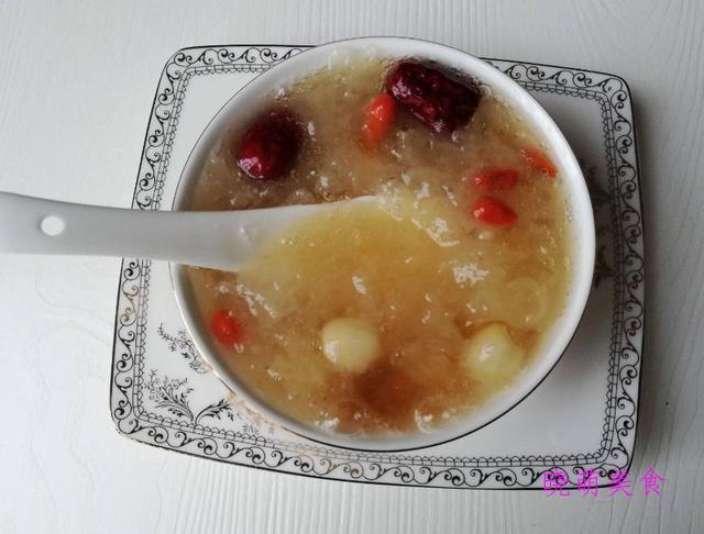 木瓜银耳羹、银耳莲子羹、酸梅汤、红枣桂圆汤的家常做法香甜美味