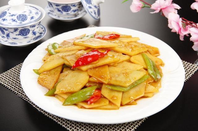 香辣鸡丝、青椒土豆片、黑椒烤鸡、黑椒猪排、红烧鲤鱼块的做法