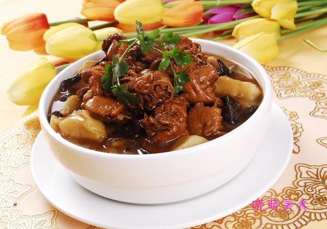 小鸡炖土豆、金针肥牛卷、青椒炒猪肝、牛肉炒年糕的美味做法