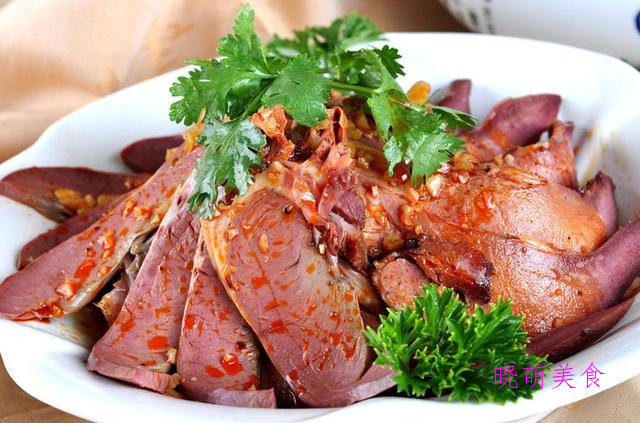 凉拌芹菜、酸辣土豆丝、凉拌金针菇、凉拌牛肉、酸辣拌木耳的做法