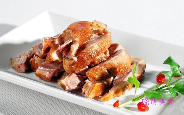 肉汤皮冻、凉拌猪耳丝、五香酱鸭、酱骨头的家常做法