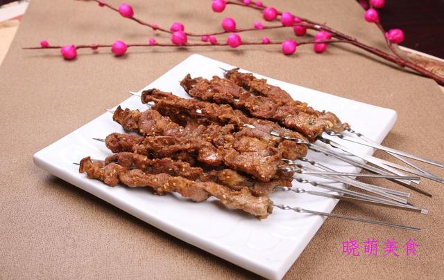 香煎排骨、孜然猪肉串、咸烧蹄髈、杭椒鸡丁、黑椒鸡肉丸子的做法