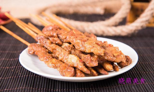 木耳烧肥肠、脱骨猪蹄、烤肥牛卷、油炸羊肉串的家常做法