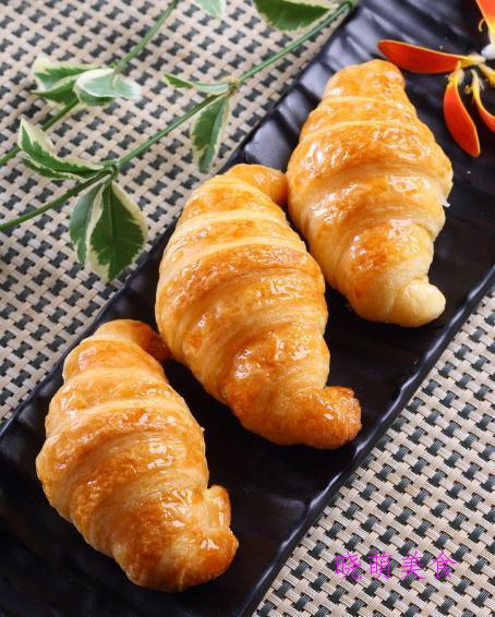 羊角酥、莲蓉蛋黄酥、马芬蛋糕、芒果慕斯的家常做法