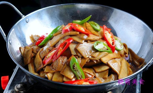 尖椒剔骨肉、红油焖鸭、菠萝排骨、杏鲍菇回锅肉的家常做法