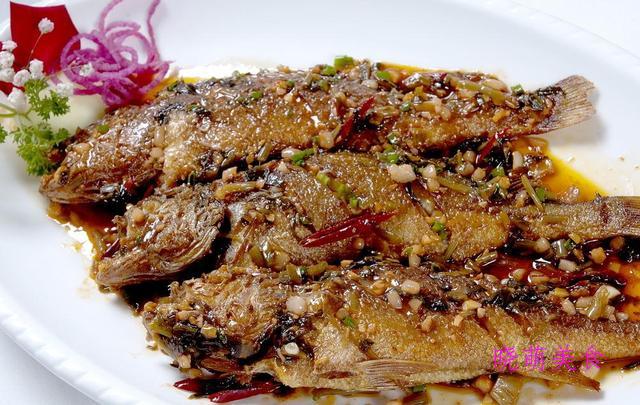 虾仁豆腐煲、香煎鲫鱼、脆皮鸡翅、辣爆肥肠、红烧鳜鱼的做法