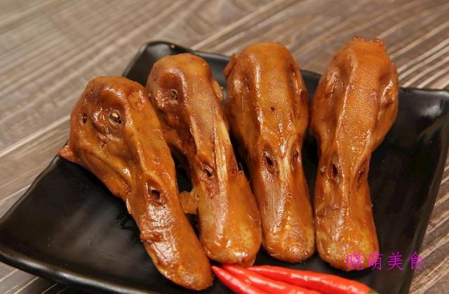 麻辣香干、酥炸肉丸、麻辣鸭头、脱骨猪蹄的家常做法