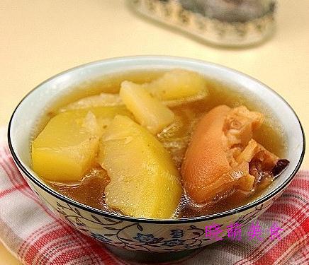 木瓜猪脚汤、虾皮紫菜汤、板栗鸡汤、番茄牛肉汤的家常做法
