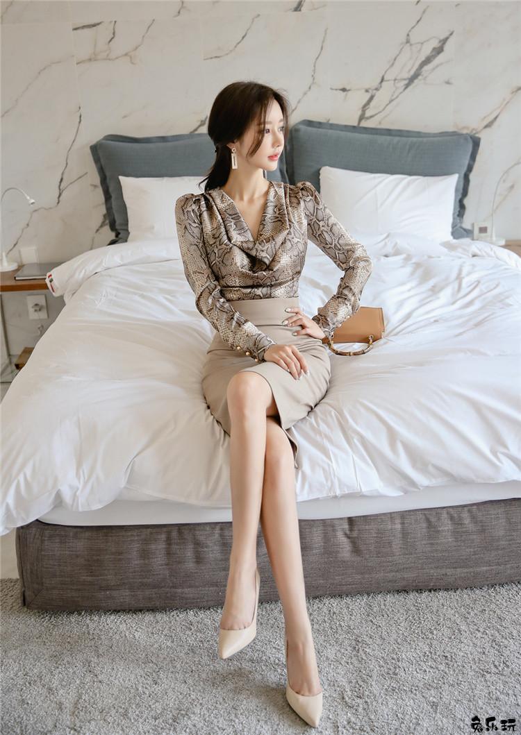韩国顶级名模孙允珠写真套图:简约纯白初雪飘仙淡雅包臀裙&阿格拉蛇纹魅惑丝滑缀领衣裙