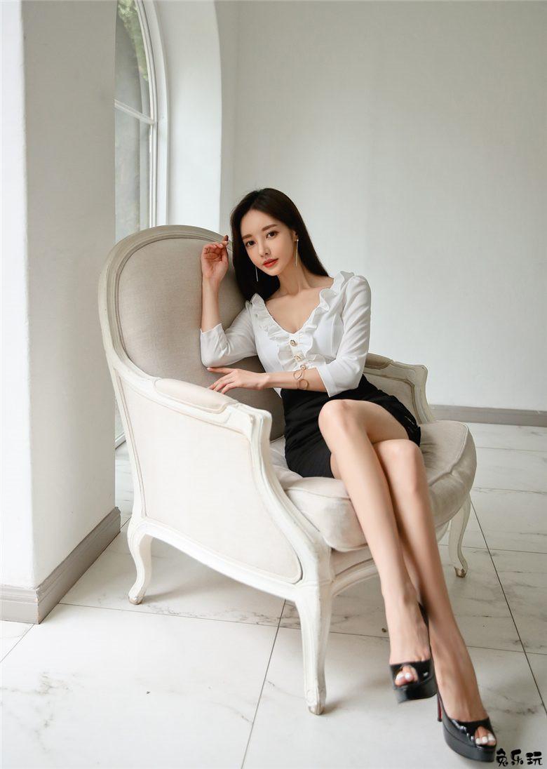 韩国顶级名模孙允珠写真套图:黑白十字装饰毛呢无袖直筒裙&馨薇白露秋叶荷瓣翻领包臀裙