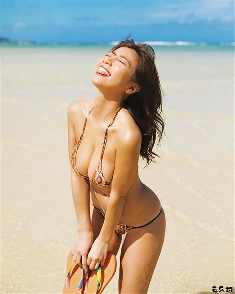 酷热难当何不美黑解暑?日本写真女星叶月绫(叶月あや)身材比例火辣古铜色皮肤亮眼!