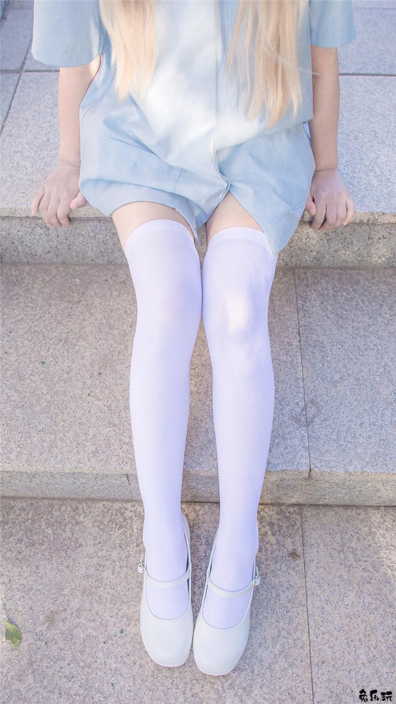 公园里的纯洁雪白丝袜妹子