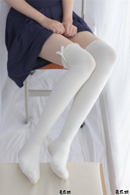 纯白丝袜黑裙子美少女的蝴蝶结
