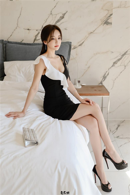 黑白辉影波浪荷叶交错包臀裙