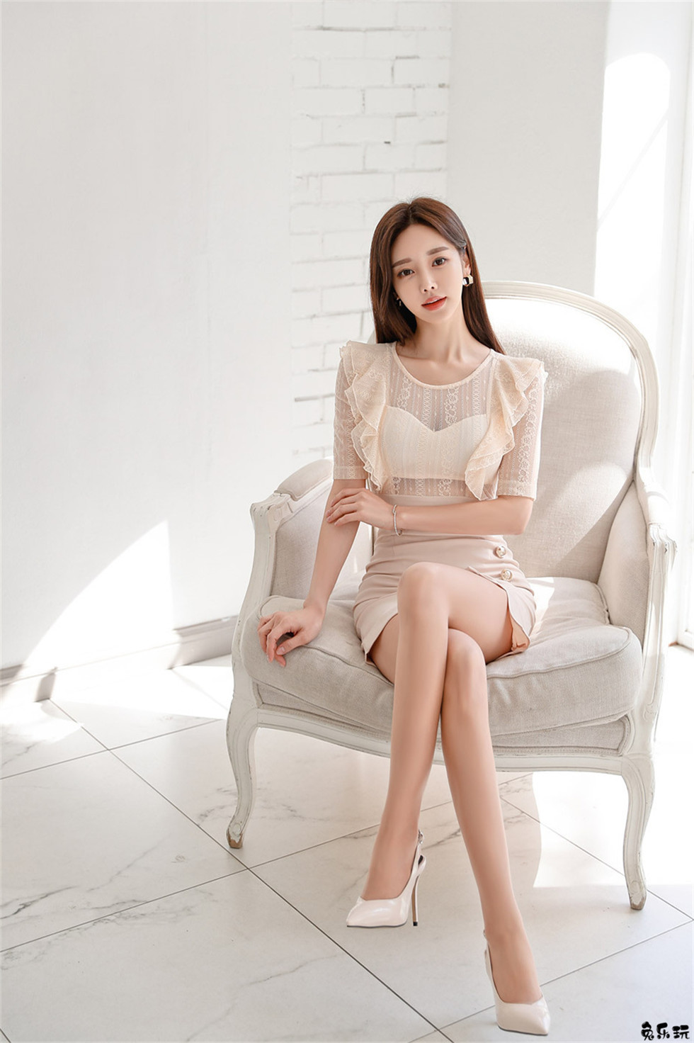 孙允珠:双叶束扣镀金藤蔓螺旋包臀裙