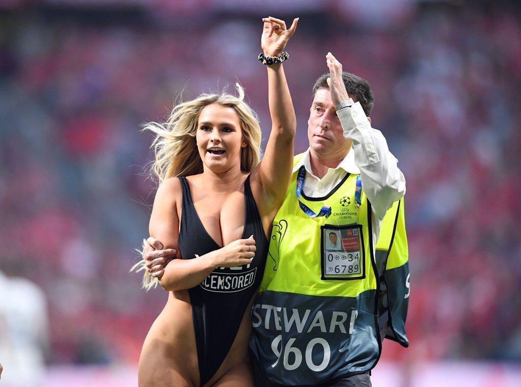 """欧冠决赛,高叉泳装女球迷闯入球场,大家看了一场假""""球"""" 趣事儿 第5张"""
