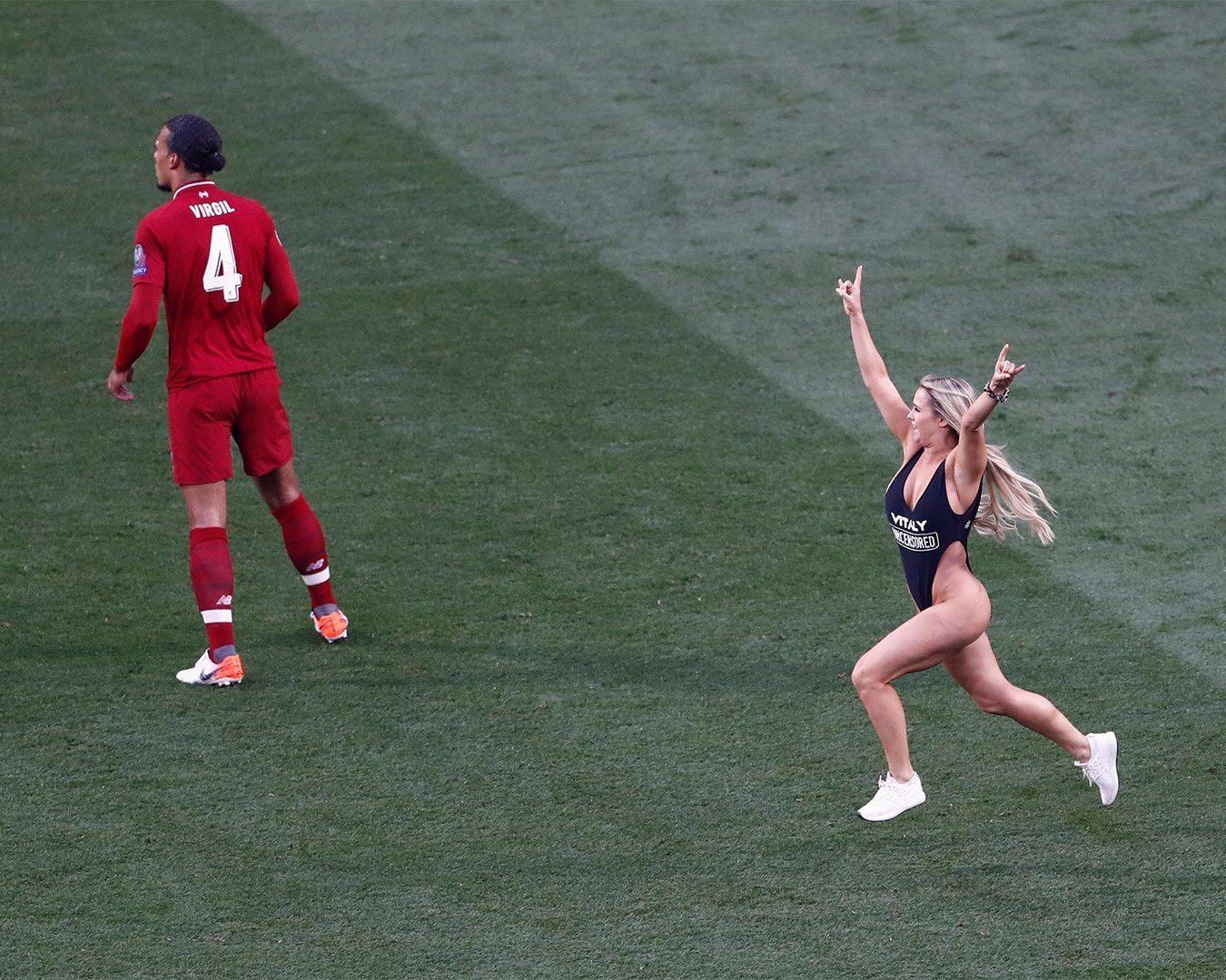"""欧冠决赛,高叉泳装女球迷闯入球场,大家看了一场假""""球"""" 趣事儿 第1张"""