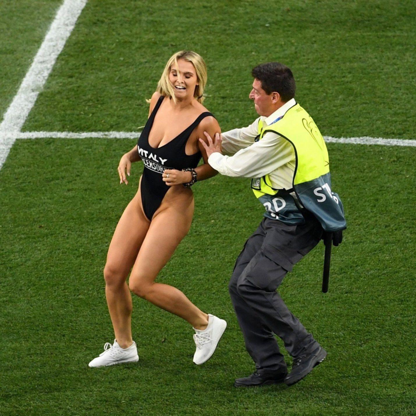 """图片[4]-欧冠决赛,高叉泳装女球迷闯入球场,大家看了一场假""""球""""-福利巴士"""