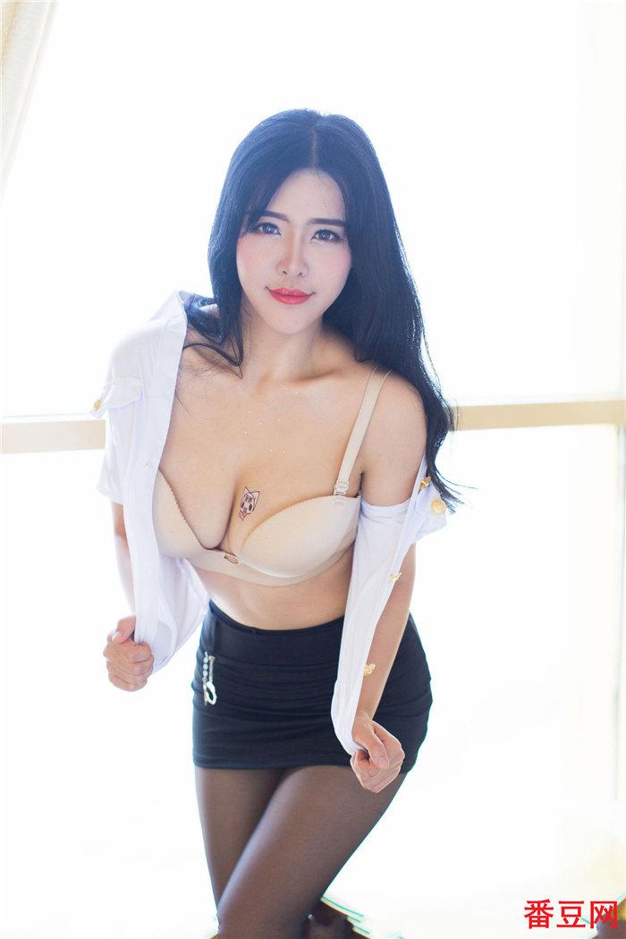妃小美穿齐b超短裙太诱人了,这样的眼神不要太迷人 看美女 第1张