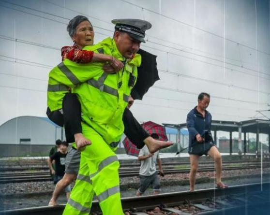 消防员渡河救人发现对方是自己母亲