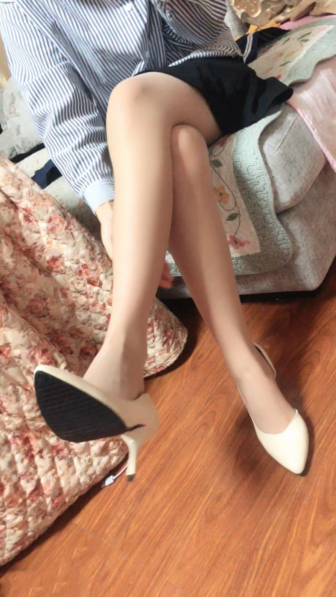 微博萌妹子福利姬@船袜小兔 – 白色高跟挑鞋肉丝臭脚诱惑粗口 (1V)
