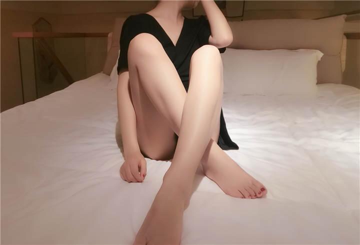网红女神@洛美-黑高跟[29P+3V/221MB]