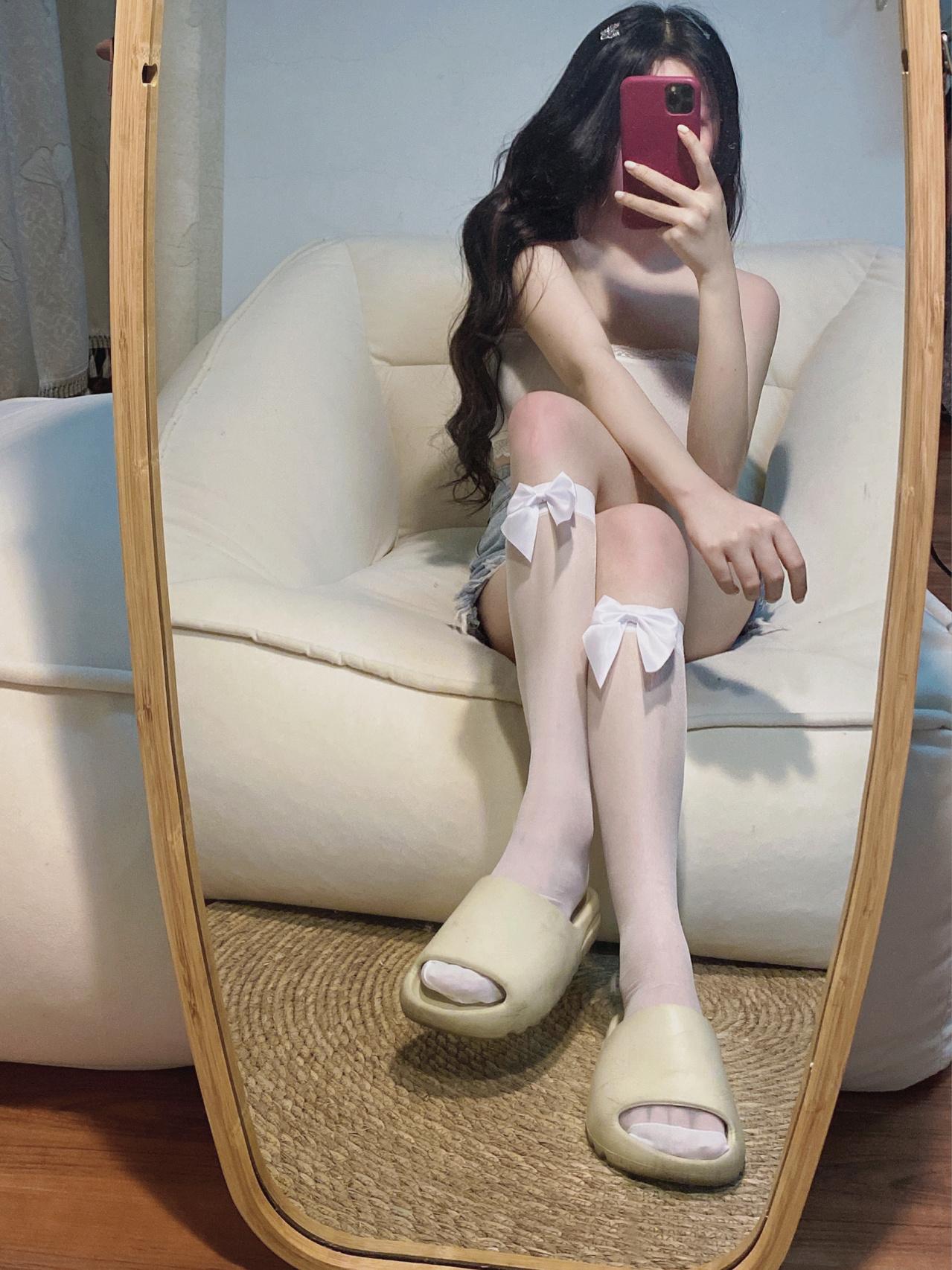 拖鞋配白丝 简直又纯又欲