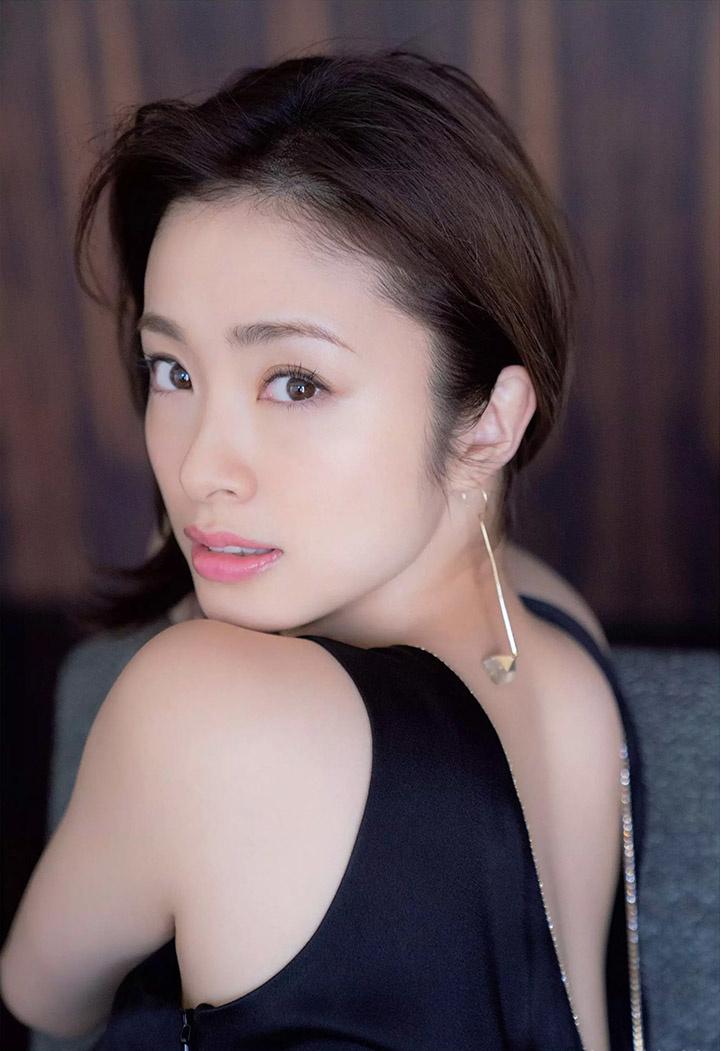 上户彩为《半泽直树2》事隔多年再战写真灿烂笑容完美身段依然 (16)