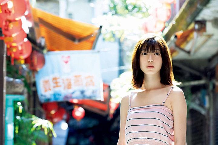 甜美怡人疗愈气息十足的纯爱系演员白石圣用自己强大的空灵气场来拍摄写真作品 (4)