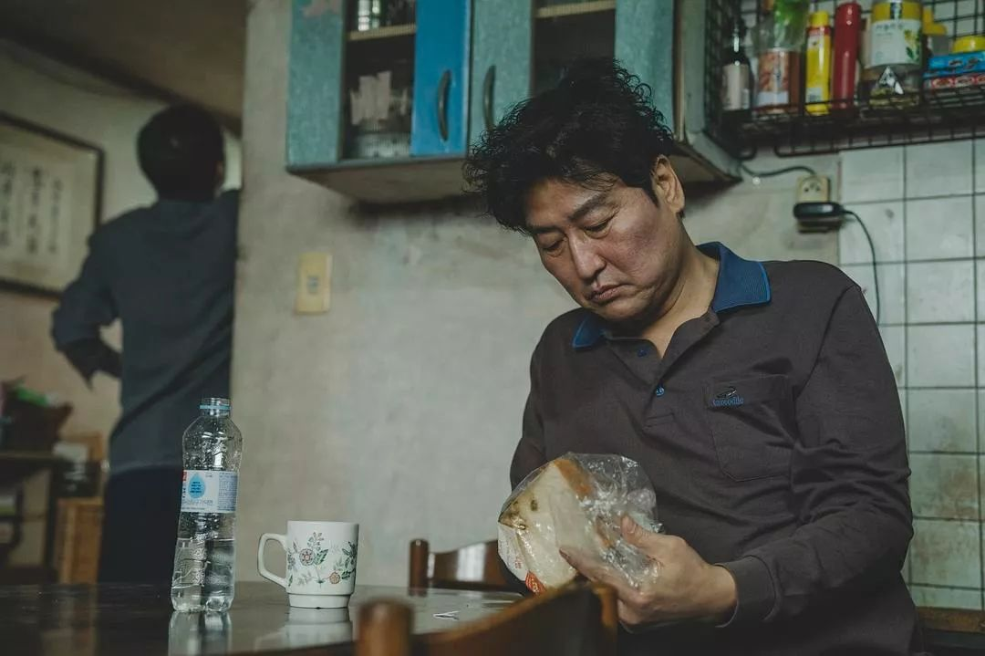 韩国电影《寄生虫》谎言说多了便会迷失自己,且会因此而失去原本就岌岌可危的尊严 (23)
