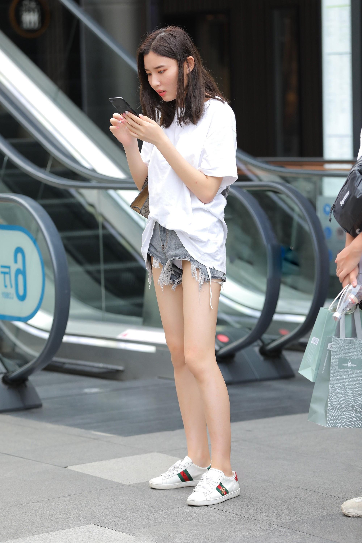 夏天穿热裤,只要小姐姐们稍不注意,角度就来了