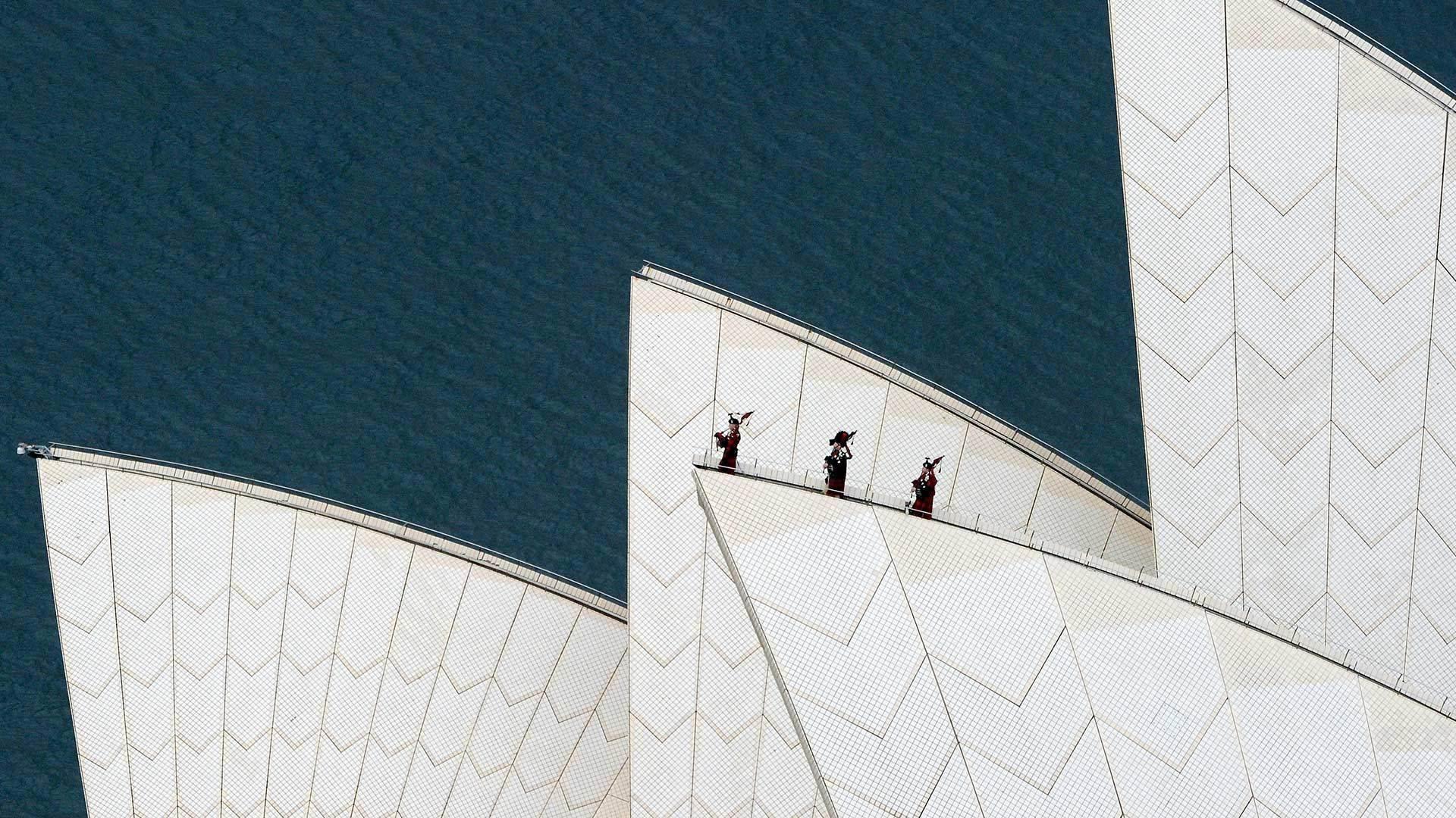 皇家高地燧发枪团在悉尼歌剧院屋顶演奏风笛