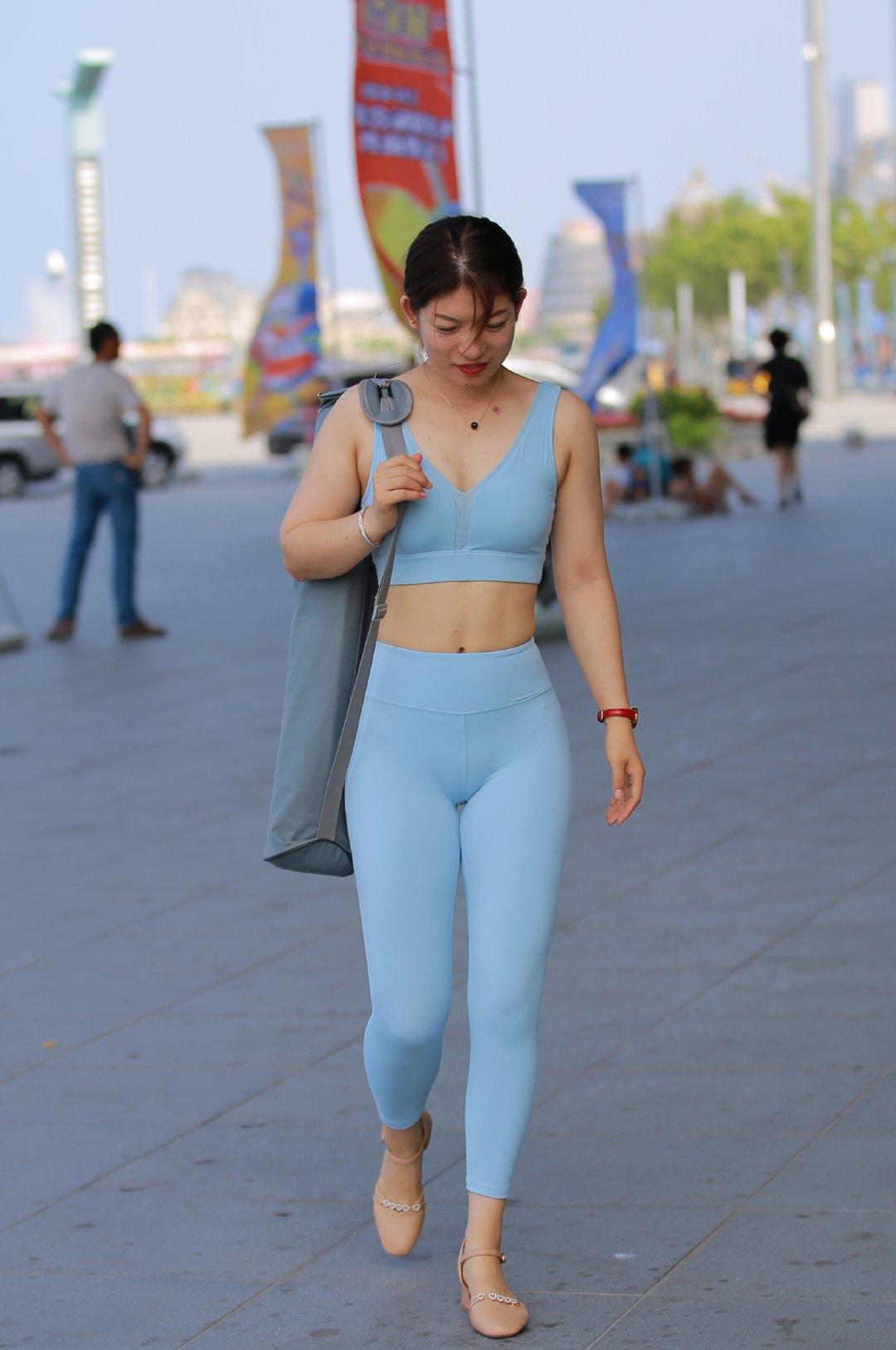 大屁股微胖瑜伽少妇街拍图:打飞专用的熟妇图片