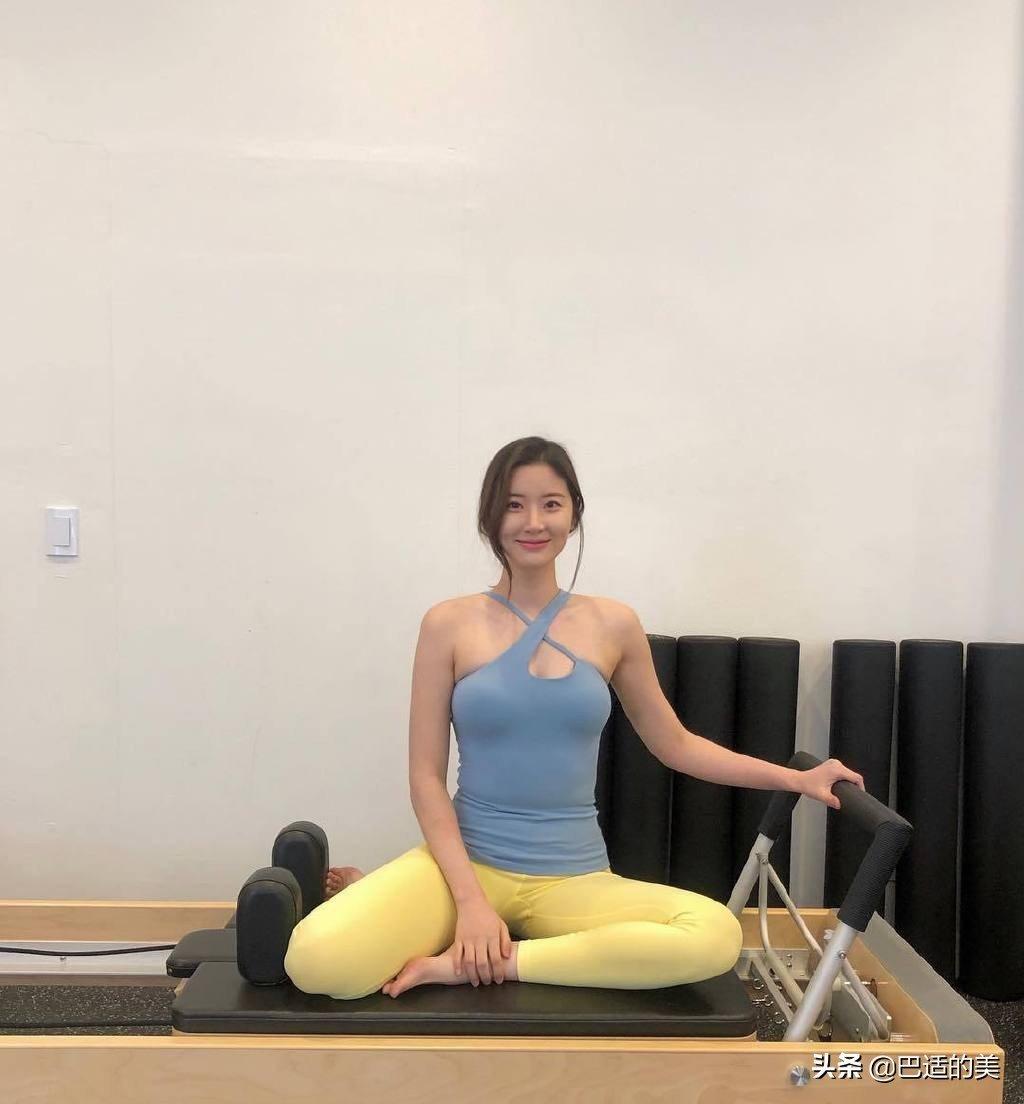 瑜伽少妇情趣房里展示一个女人的胴体