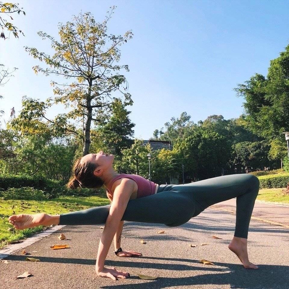 瑜伽女人张开腿无遮无挡图