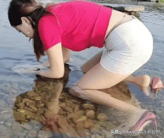 乡村少妇跪趴在水里摸鱼图片