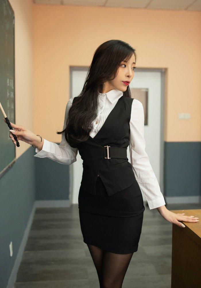 我与美女老师的之间的秘密:性感高中女老师讲课私拍图