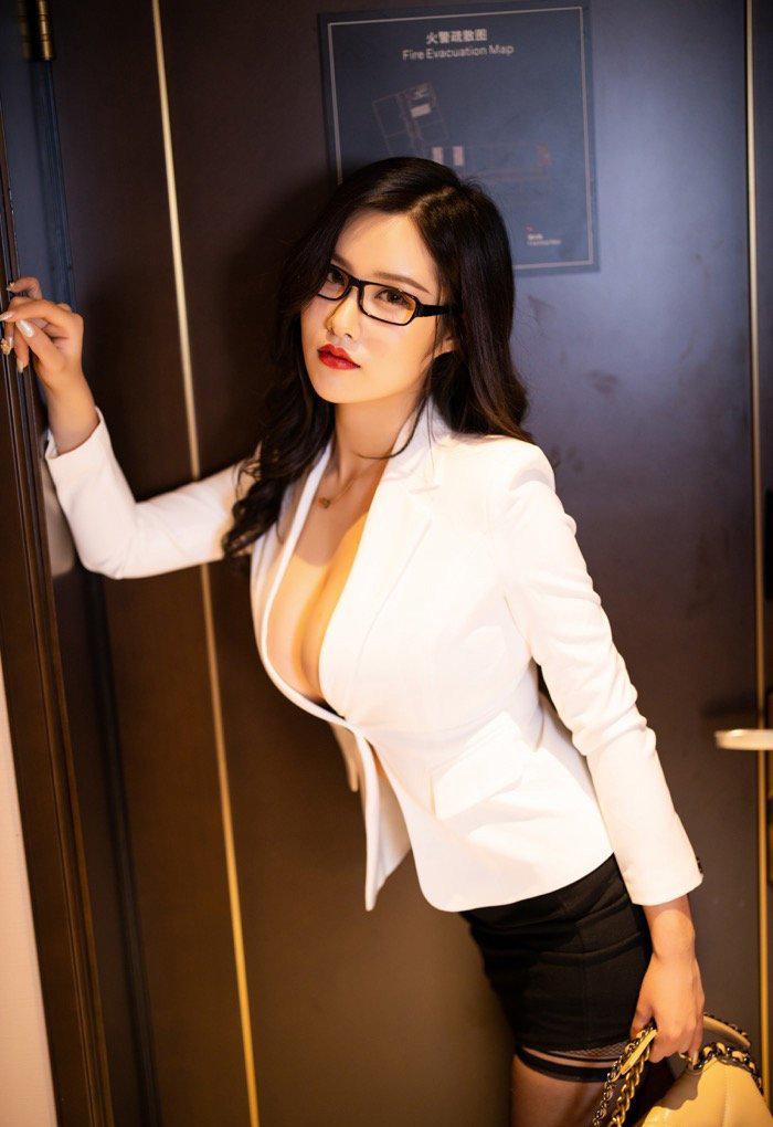 打飞专用的熟妇图片:带眼镜的风骚少妇私密图库写真