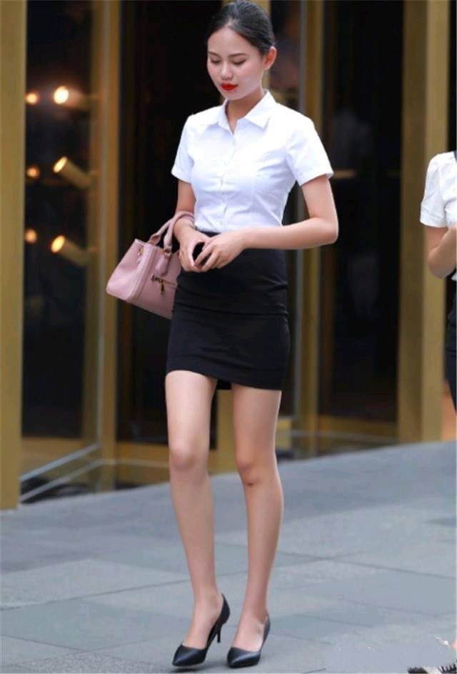 偷拍一个制服粉嫩小姐姐逛街被发现,小美女真销魂啊