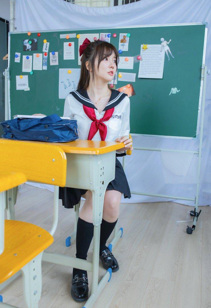 日本美女图片JK制服美女尤物131教室里大胆拍写真21