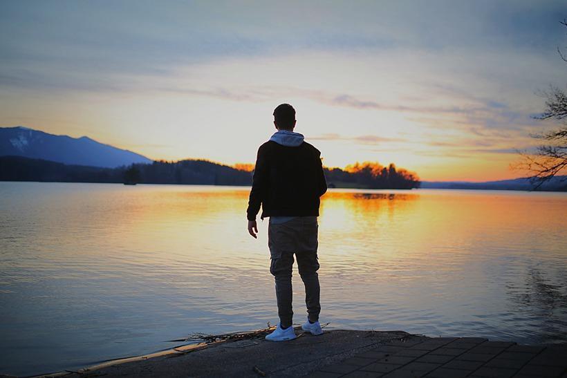 孤独的图片10张_孤独的一个人的图片