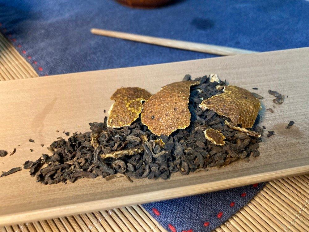 捏碎,取茶和柑皮适量