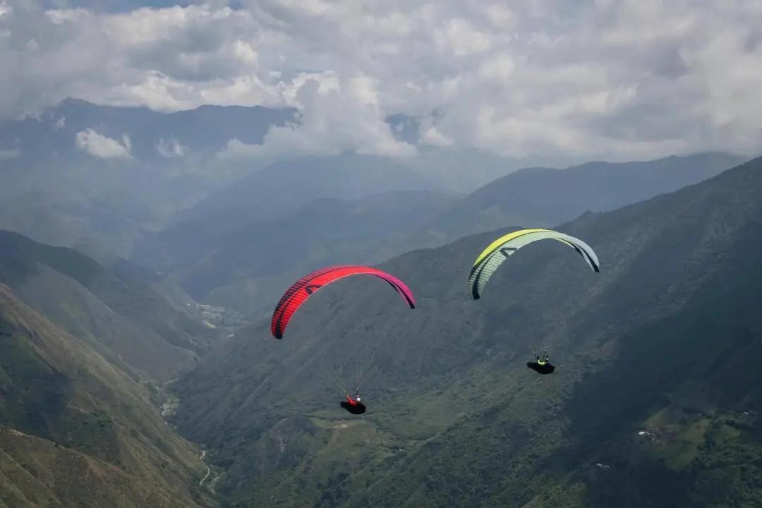 图   有空时我们就开车去山上玩滑翔伞