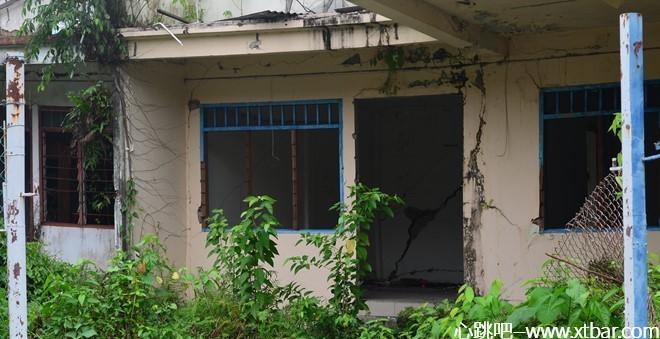 0085j6oIly1gkww62opjcj30ic09ftal - [心跳吧恐怖故事]:废弃房屋里的白衣女人