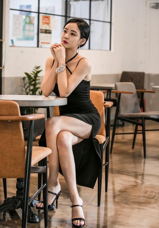 IESP-144黑丝长腿美女红色吊带大秀美乳私房写真